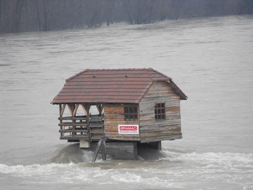 Kućica na stijeni  Uredite Dom
