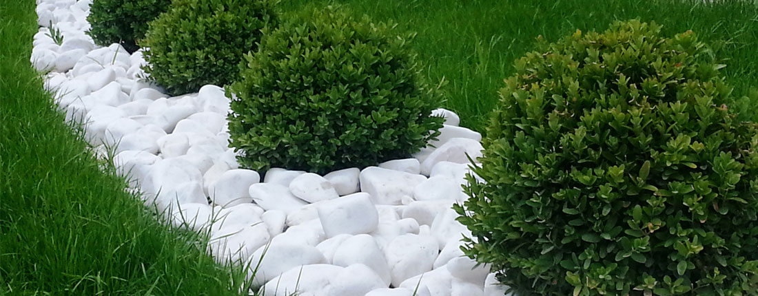Uređenje vrta bijelim dekorativnim elementima  Uredite Dom